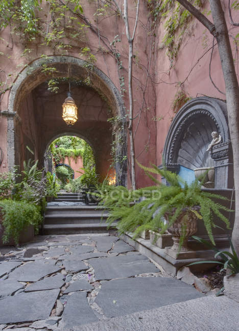 Casa Luna Pila Seca accommodation yard, San Miguel de Allende, Mexico — стокове фото
