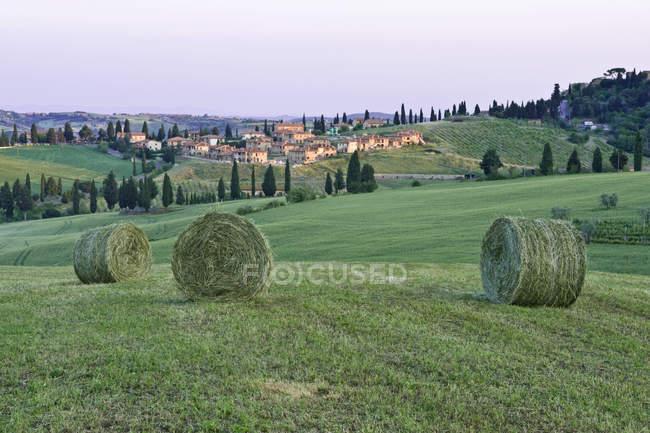 Raccolta di fieno primaverile in campagna, Toscana, Italia — Foto stock