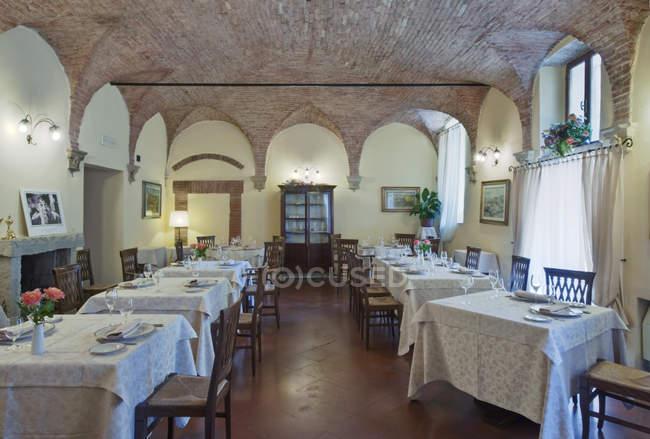 La Grotta Restaurant Speisesaal in Montepulciano, Toskana, Italien — Stockfoto