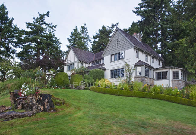Hastings House lawn and hotel buildings in Salt Spring Island, British Columbia, Canada — Stock Photo