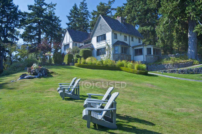 Hastings House lawn with chairs and hotel buildings in Salt Spring Island, British Columbia, Canada — Stock Photo