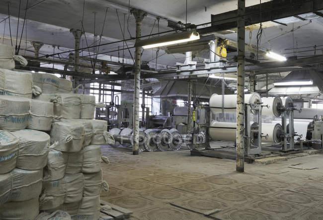 Старое оборудование на текстильной фабрике, Никологоры, Россия — стоковое фото