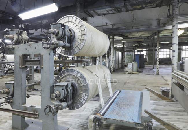 Промышленный ткацкий станок на текстильной фабрике, г. Никологоры, Россия — стоковое фото