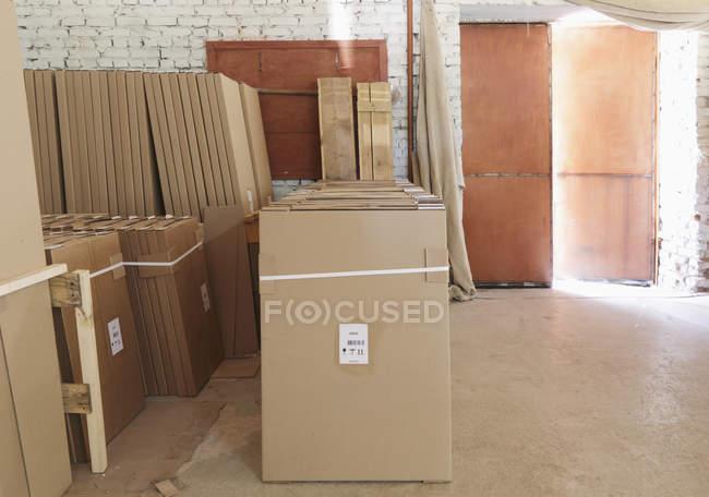 Usine entrepôt empilés boîtes en carton, Nikologory, Russie — Photo de stock