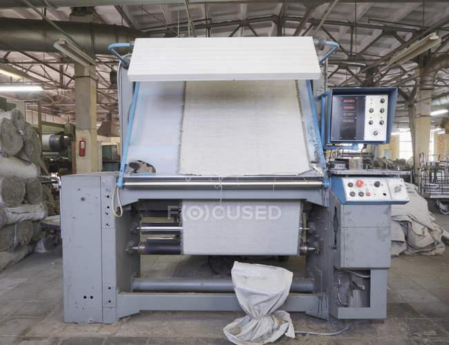 Машины для отделки холстов на текстильной фабрике, г. Никологоры, Россия — стоковое фото
