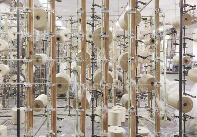Linhas têxteis reeled na fábrica, Nikologory, Rússia — Fotografia de Stock