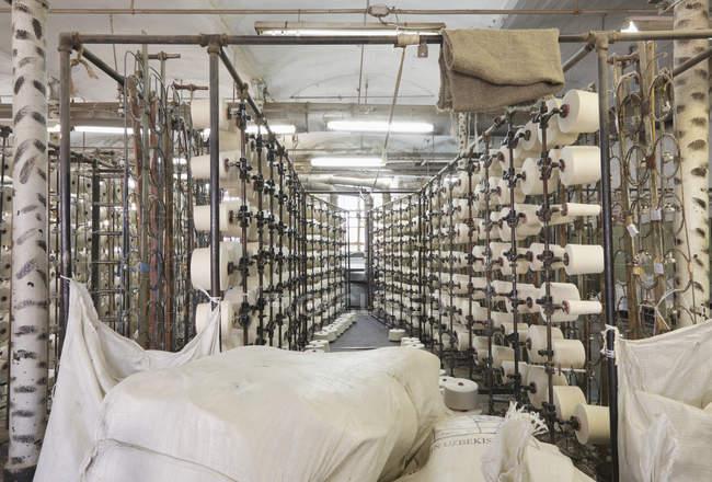 Carretéis no interior da fábrica têxtil, Nikologory, Rússia — Fotografia de Stock