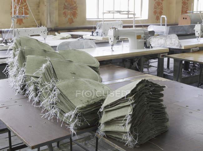 Sacos empilhados na fábrica de matéria têxtil, Nikologory, Rússia — Fotografia de Stock