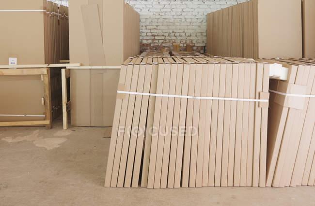 Entrepôt d'usine avec boîtes en carton empilées, Nikologory, Russie — Photo de stock