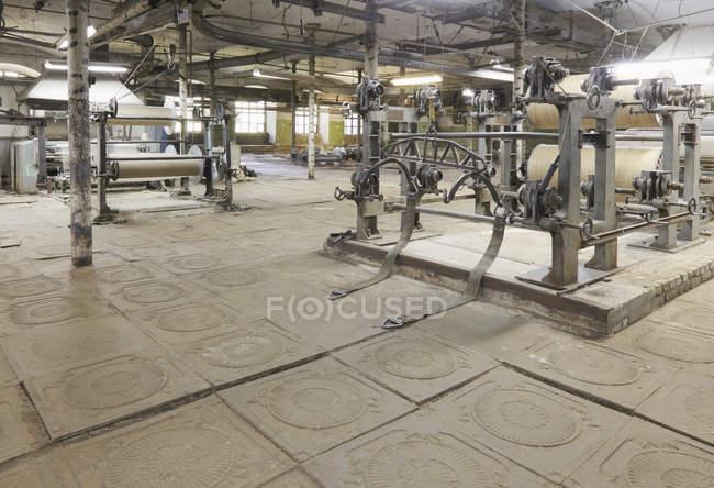 Webstühle und Ausrüstung in der Textilfabrik, nikologory, russland — Stockfoto