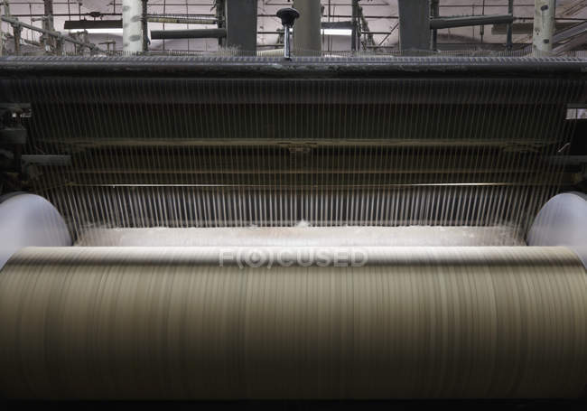 Tear de matéria têxtil na máquina industrial na fábrica, Nikologory, Rússia — Fotografia de Stock