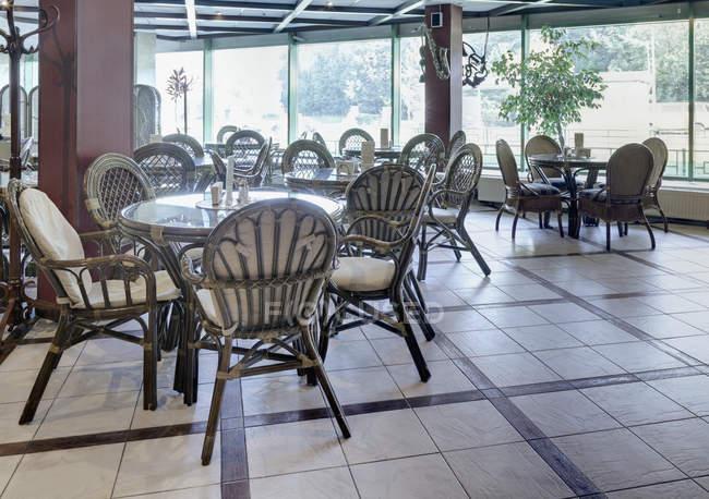 Café spacieux avec meubles en rotin, Moscou, Russie — Photo de stock