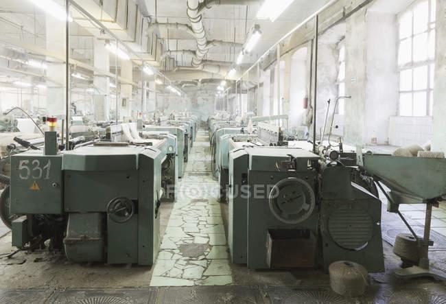 Промышленные ткацкие станки на текстильной фабрике, Никологори, Россия — стоковое фото