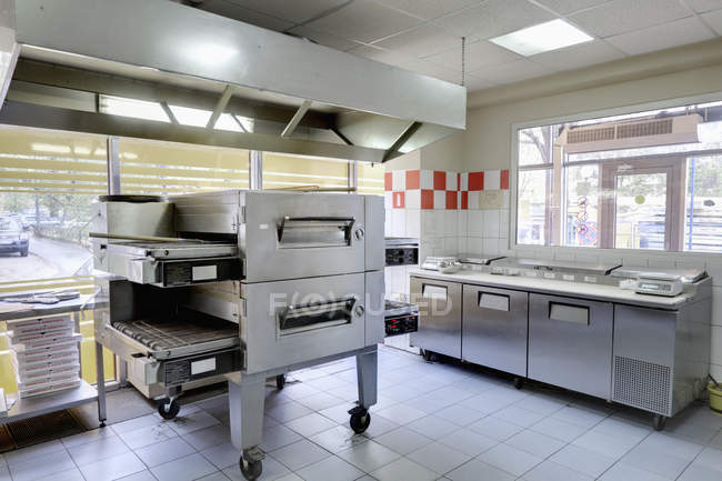 Empty and clean pizzeria cafe kitchen in Moscow, Russia — Stock Photo