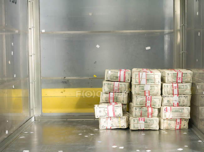 US-Dollar-Rechnungen in Bündel in Bankkarren der US Federal Reserve Bank of Chicago stark Zimmer, Chicago, Illinois, Usa gestapelt. — Stockfoto