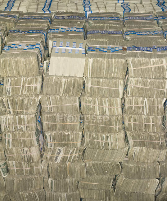 Billets en dollars américains empilés en paquets dans la chambre forte de la Réserve fédérale américaine Bank of Chicago, Chicago, Illinois, États-Unis . — Photo de stock