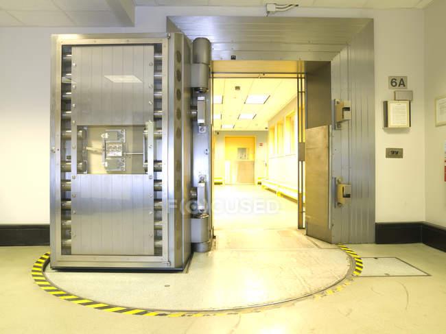 Offene Tresortür im Inneren des Geschäftsbankgebäudes, Chicago, illinois, USA — Stockfoto