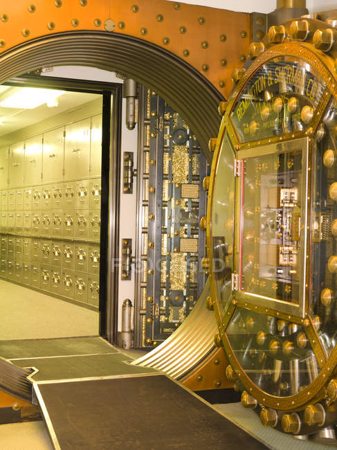 Vault door leading to safety deposit boxes in commercial bank building interior, Chicago, Illinois, USA — Stock Photo