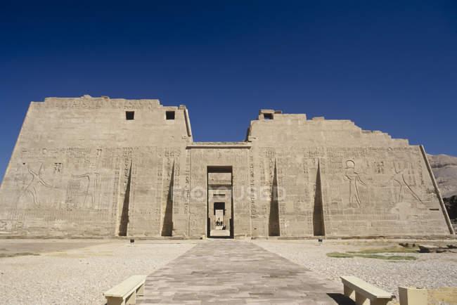 Temple de Ramsès Iii monument antique dans le désert, Égypte — Photo de stock