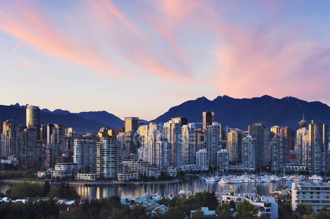Centro de la ciudad del horizonte de la ciudad de Vancouver al atardecer en la Columbia Británica, Canadá - foto de stock