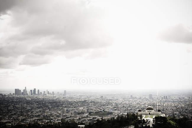 Los Angeles skyline e Griffith Observatory sob céu nublado, EUA — Fotografia de Stock