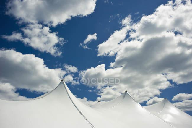 Білий намет на вершині хмарного неба — стокове фото