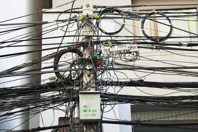 Cables eléctricos en el poste de la calle en Bangkok, Tailandia, Asia - foto de stock