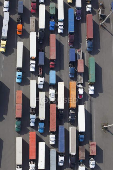 Vue aérienne de camions semi au chemin port — Photo de stock