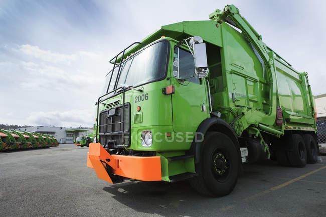 Green garbage trucks in parking lot in Seattle, USA — Stock Photo