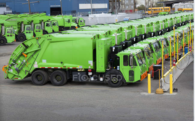 Green garbage trucks in parking lot in Seattle, USA — Stock Photo