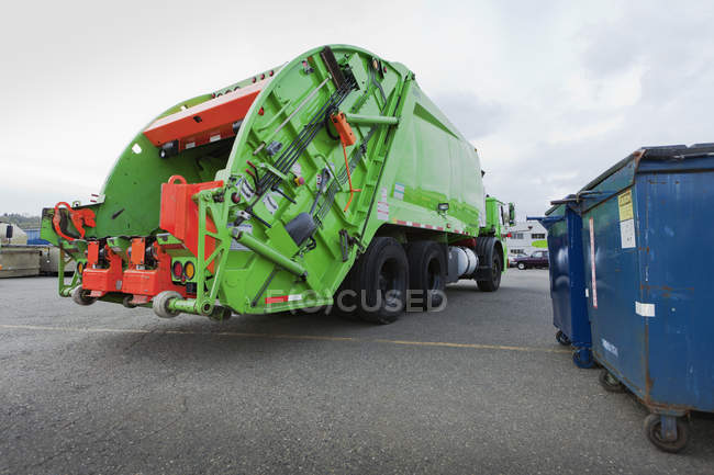 Green garbage truck in parking lot in Seattle, USA — Stock Photo