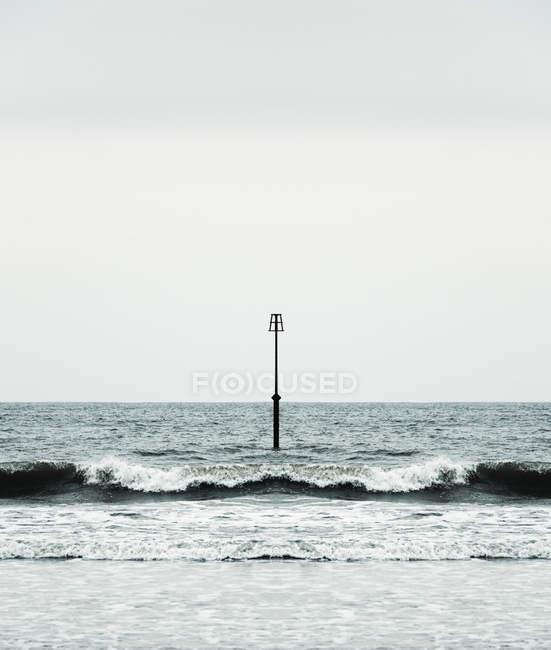 Маяк і Океанські хвилі в Англії, Великобританії, Європі — стокове фото