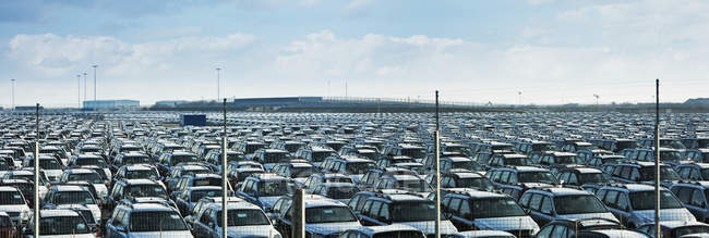 Cars parked in large parking lot in England, Great Britain, Europe — Stock Photo