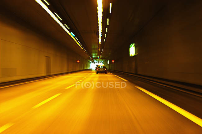 Autoroute-Tunnel mit Fahrzeugen in Bewegung, Frankreich — Stockfoto