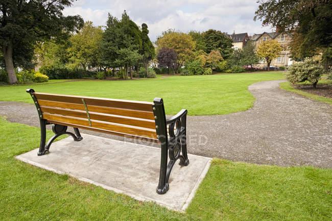 Скамейка в парке Донкастера, Англия, Великобритания, Европа — стоковое фото