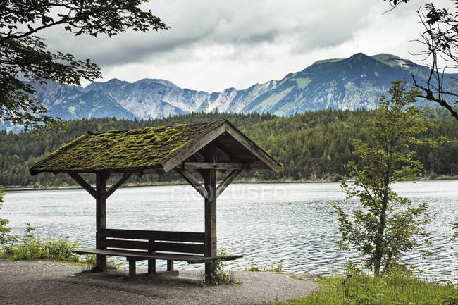 Lakeside sitting area and mountains of Bavarian Alps, Germany, Europe — стокове фото