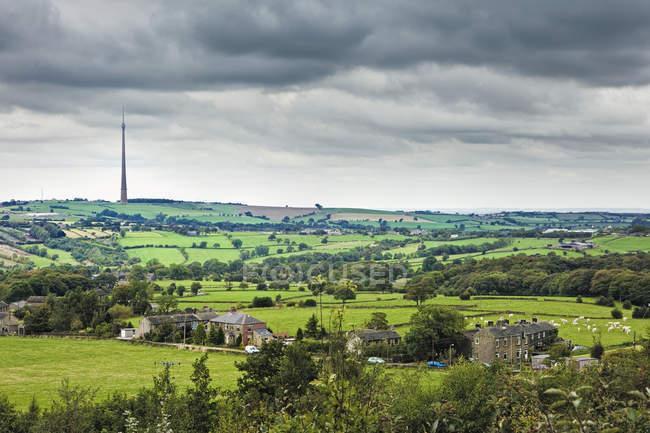 Емлі Мур ТВ передавач в зелений ландшафт країни, Йоркшир, Англія, Великобританія, Європа — стокове фото