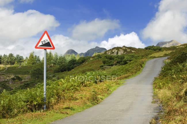Дорога йде вгору по горбах в Cumтабрії, Англія, Великобританія, Європа — стокове фото