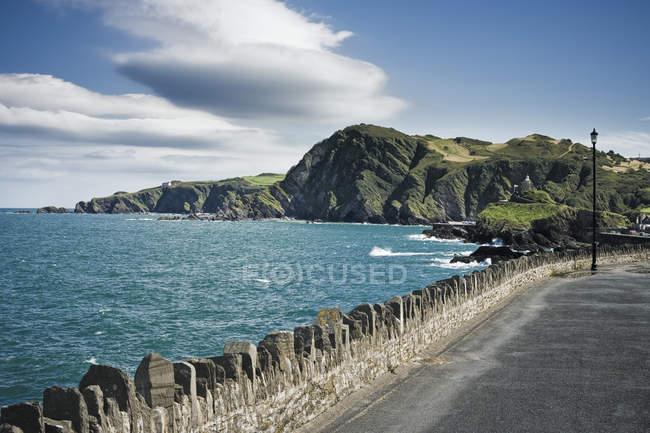 Проїжджу частину вздовж узбережжя в Девон, Англія, Великобританія, Європа — стокове фото