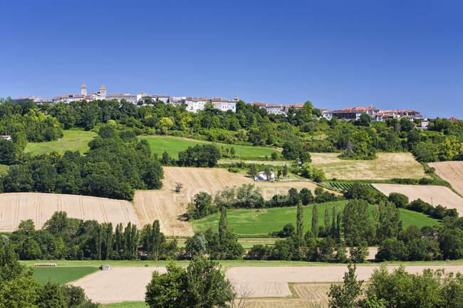 Сельский французский город и пейзаж с полями и лесами — стоковое фото