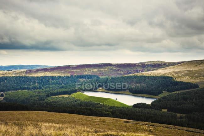 Водосховище в мальовничій сільській місцевості в Холме долина, Англія, Великобританія, Європа — стокове фото