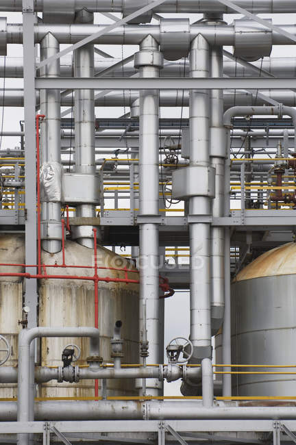 Industrial pipes in oil refinery structure of factory — Stock Photo