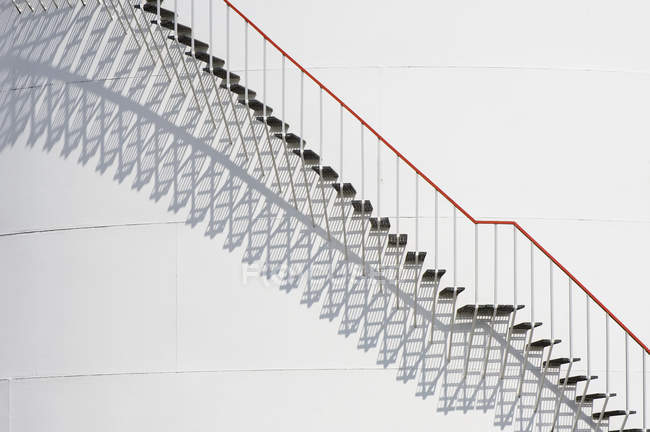 Schritte und Schatten gegen industriellen Metallbau — Stockfoto