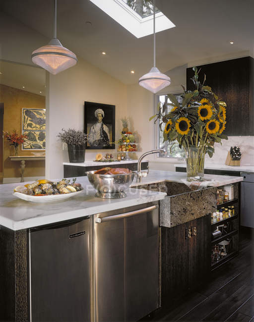 Modern American kitchen with paintings and bouquet of sunflowers — Stock Photo