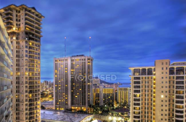 Honolulu Skyline in der Abenddämmerung mit Wolkenkratzern in der Innenstadt, Hawaii, USA — Stockfoto