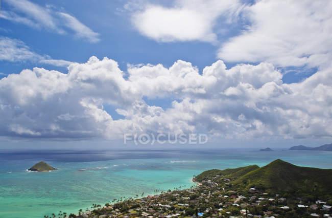 Wolken am blauen Himmel über Inseln, Hawaii, Vereinigte Staaten — Stockfoto