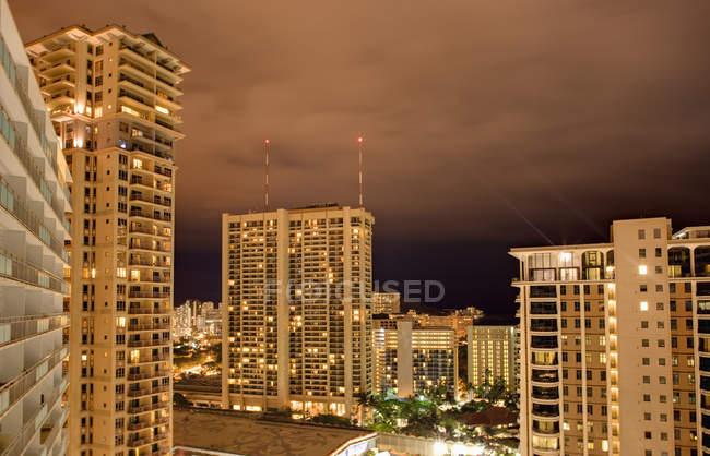 Horizonte de Honolulu por la noche con edificios, Hawái, Estados Unidos - foto de stock