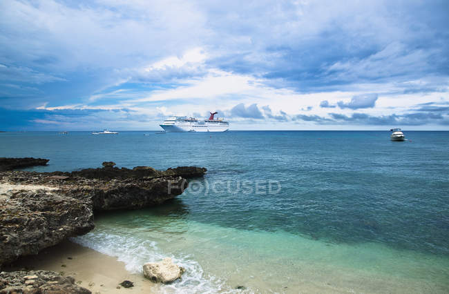 Cruise ships off sandy shore, Cayman Islands — Fotografia de Stock