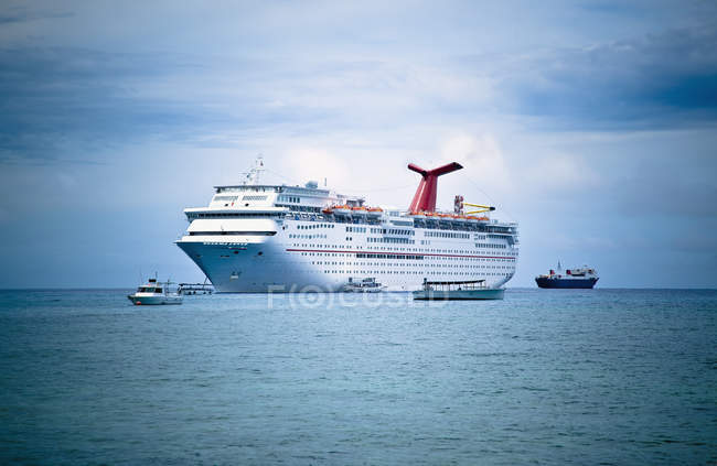 White luxury cruise ship with boats on ocean water, Cayman Islands — Stock Photo