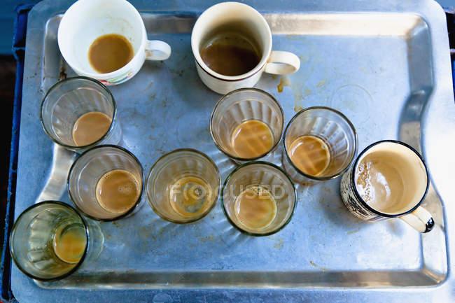 Leere Kaffeegläser und Tassen, erhöhte Aussicht — Stockfoto